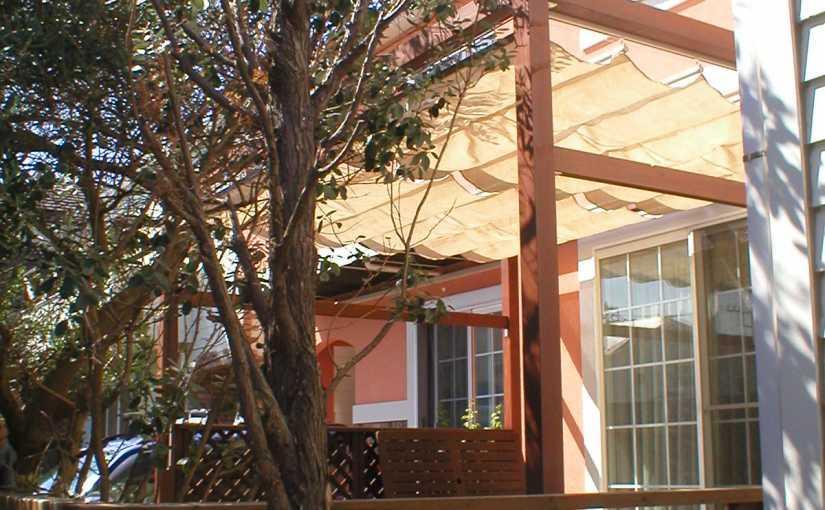 ウッドデッキに屋根をつけるメリット。素材やデザインにも注目!